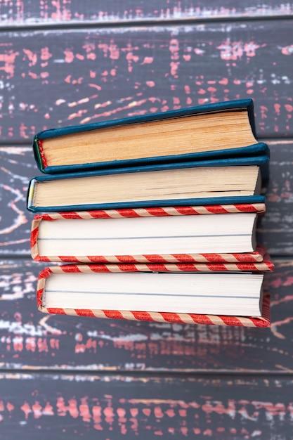 Boeken over blauwe houten tafel Premium Foto