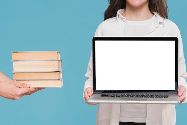 Boeken versus laptop e-learning concept Gratis Foto