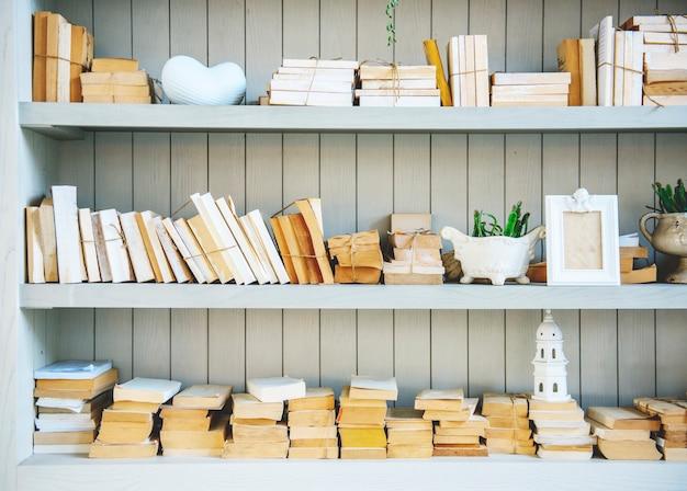 Boekenplank met stapel geen coverboeken Gratis Foto