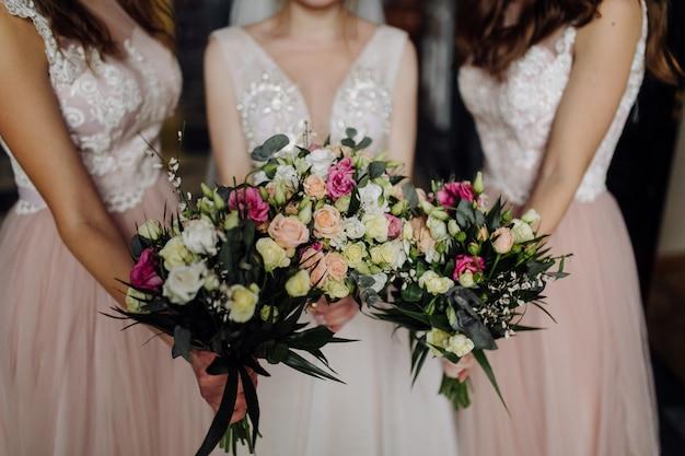 Boeket bloemen in handen van de bruid Gratis Foto