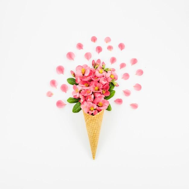 Boeket bloemen met cornet Gratis Foto