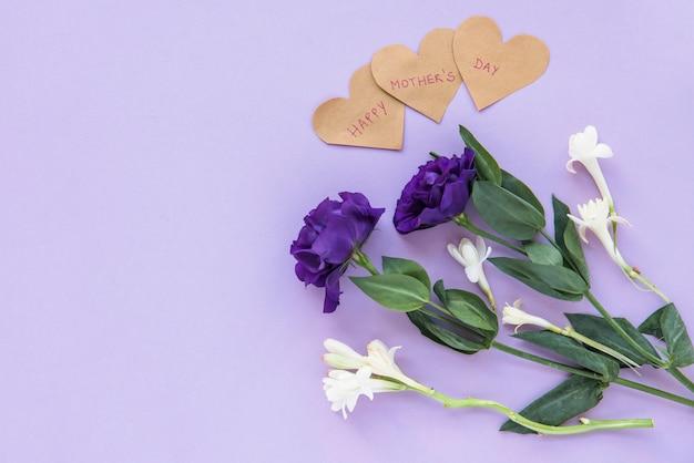 Boeket bloemen met hart voor happy mother's day Gratis Foto