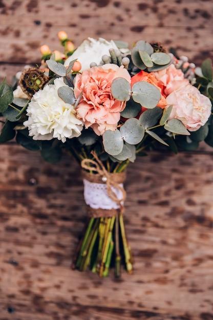 Boeket bloemen met rozen, pioenrozen, anjers. delicaat boeket in roze kleuren. eucalyptus bladeren. Premium Foto