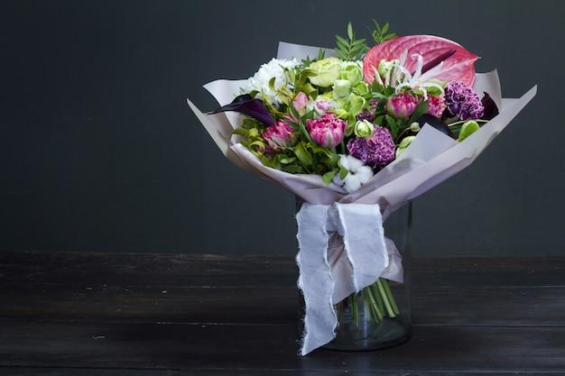 Boeket bloemen op een vaas Premium Foto