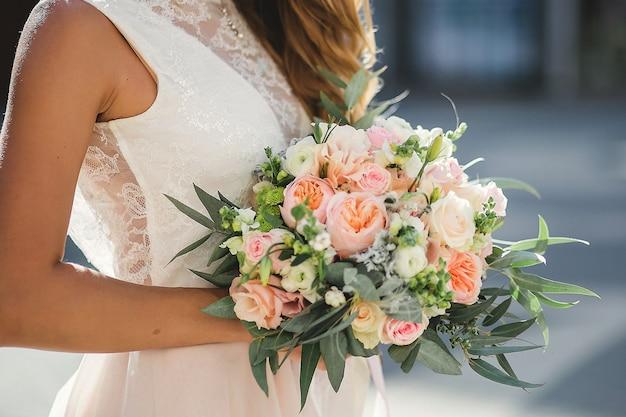 Boeket delicate rozen en eucalyptus in handen van de bruid Premium Foto