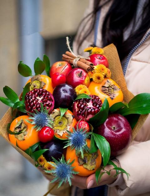 Boeket gemaakt van gemengd fruit Gratis Foto