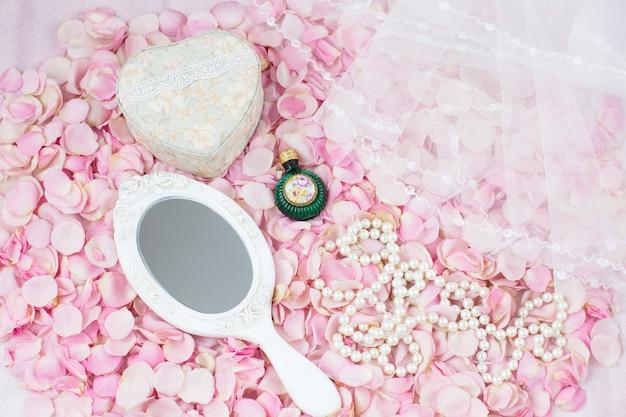 Boeket roze rozen in de vorm van een hart, twee champagneglazen, trouwkaart en sluier Premium Foto