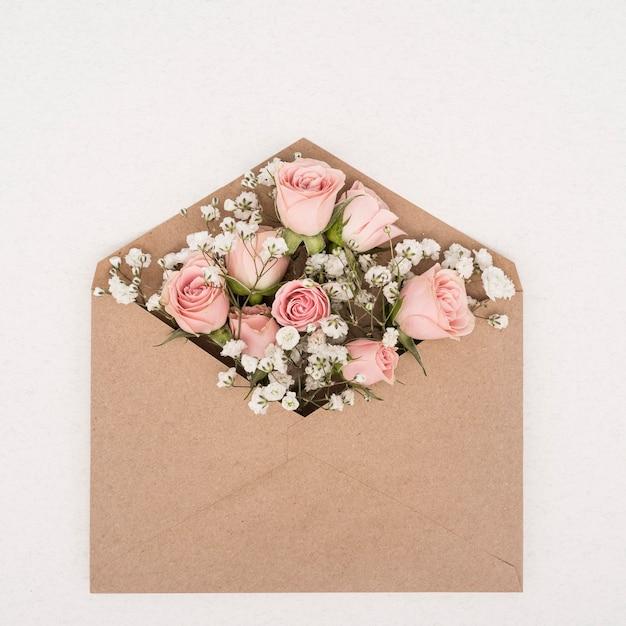 Boeket roze rozen in een envelop Gratis Foto