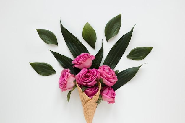 Boeket rozen en bladeren verpakt in ijsje Gratis Foto