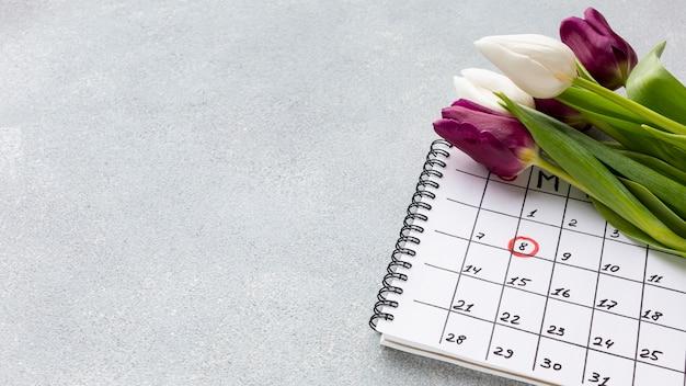 Boeket tulpen op kalender met kopie ruimte Gratis Foto