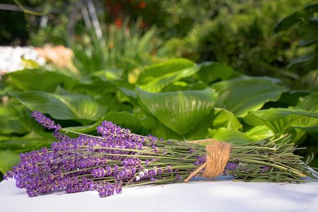 Boeket van lavendel op een tafel in de tuin Premium Foto