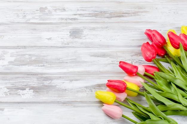 Boeket van lente kleurrijke tulpen Premium Foto