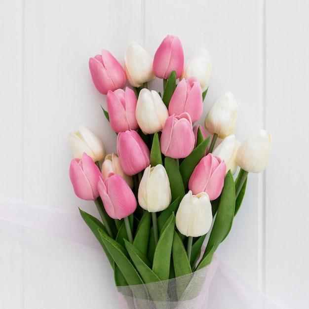 Boeket van mooie roze en witte tulpen op houten achtergrond Gratis Foto