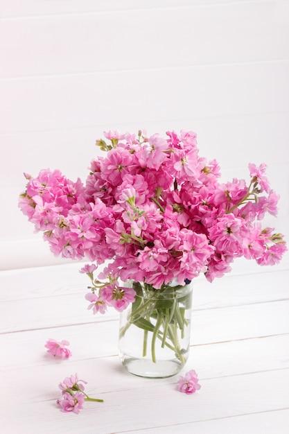 Boeket van roze matthiolabloemen Premium Foto