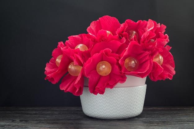 Boeket van smakelijke lollys in vaas op houten tafel. candy bloemen Premium Foto