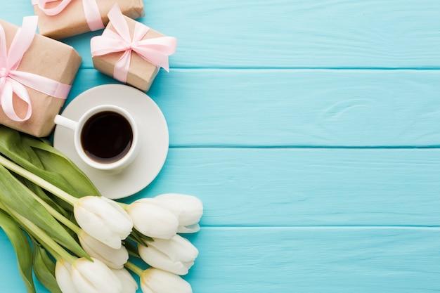 Boeket van tulpenbloemen met ochtendkoffie en giftdozen Gratis Foto