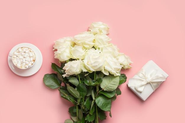 Boeket van witte rozen op grijs. bovenaanzicht, kopieer ruimte. Premium Foto