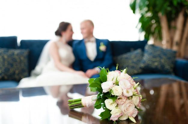 Boeket voor de achtergrond van de bruid en bruidegom Premium Foto