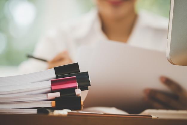 Boekhouding planning budget rapport bestand concept: zakenvrouwen controleren werken voor het regelen Premium Foto