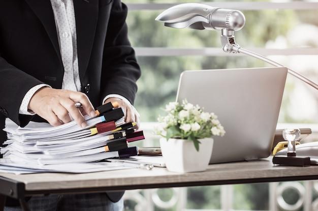 Boekhoudingsplanning budget business-vrouw kantoren die werken voor het regelen van documenten Premium Foto