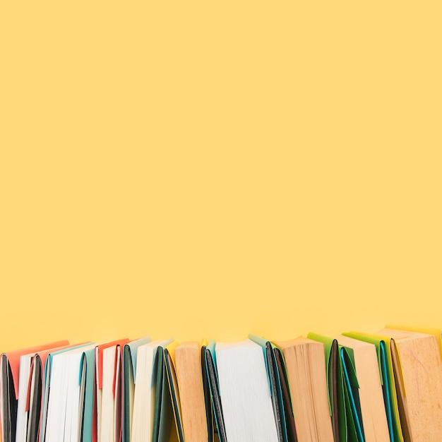 Boekranden in gekleurde omslagen gerangschikt in rij Gratis Foto