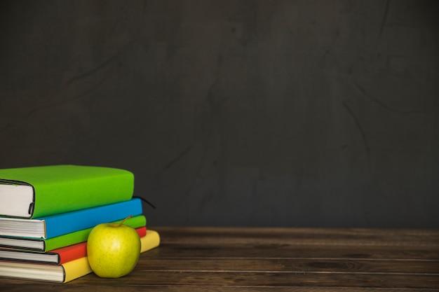 Boekstapel op lijst met appel Gratis Foto