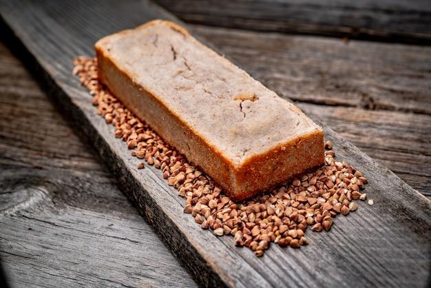 Boekweitbrood. vers gebakken traditioneel brood op houten tafel. Premium Foto