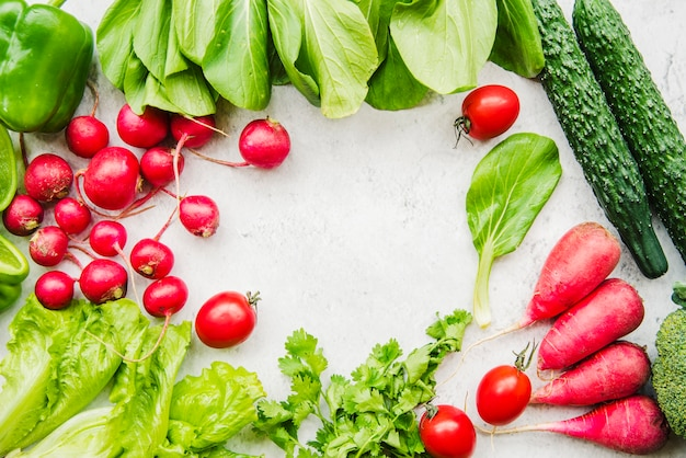 Boerderij vers geoogste groente op witte achtergrond Gratis Foto