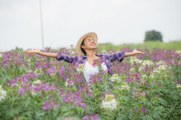 Boeren zijn blij op hun eigen bloemenkwekerij. Gratis Foto