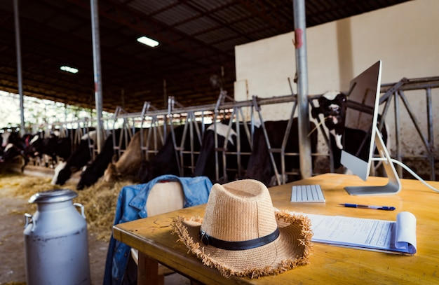 Boerentabel hij gebruikt public relations van een computer in milk sales Premium Foto