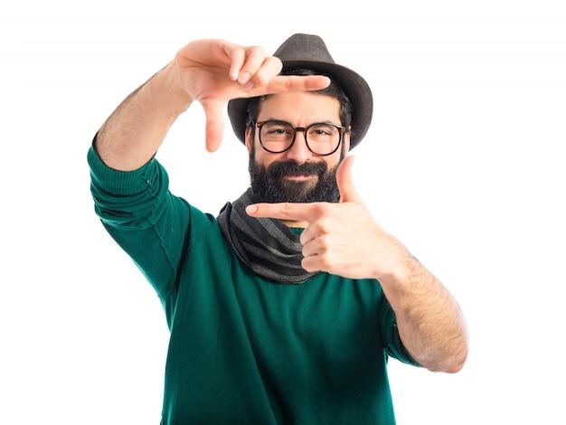 Boheemse man die met zijn vingers richt Gratis Foto