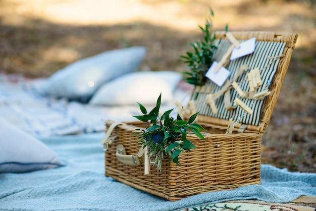 Boho-stijl feestdecor in het bos. feestdecoratie voor een vrijgezellenfeest. Premium Foto