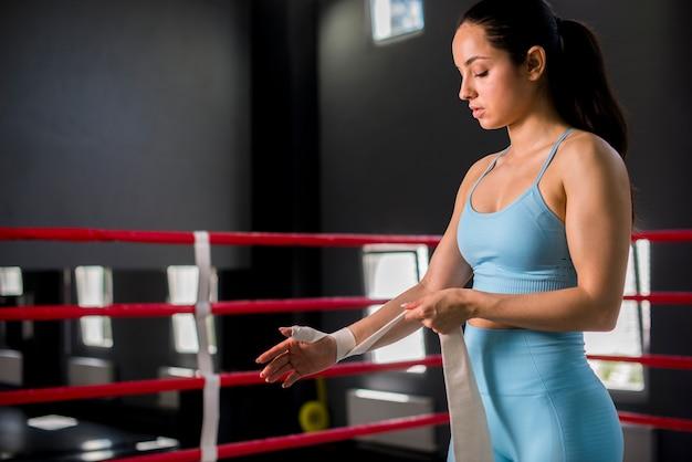 Boksermeisje het stellen bij de gymnastiek Gratis Foto