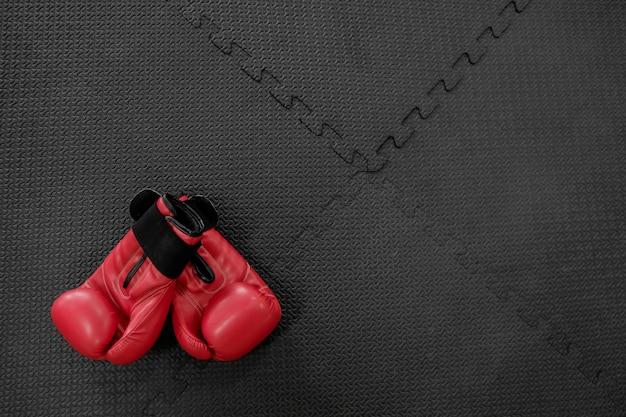 Bokshandschoenen hangen op nagel op textuurmuur met kopie ruimte voor tekst. pensioen concept Gratis Foto