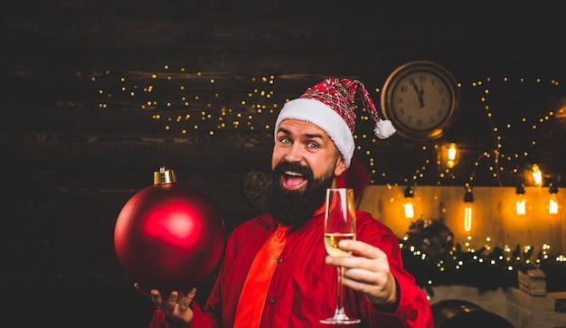 Bombardeer emoties. kerst voorbereiding. gelukkig kerstman. schitterende explosie. kerst verkoop. Premium Foto