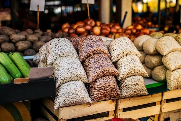 Bonen op boerenmarkt. Premium Foto