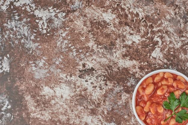 Bonen soep in tomatensaus in een keramische beker. Gratis Foto