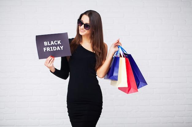 Boodschappen doen. vrouwen die korting houden in zwarte vrijdagvakantie Premium Foto