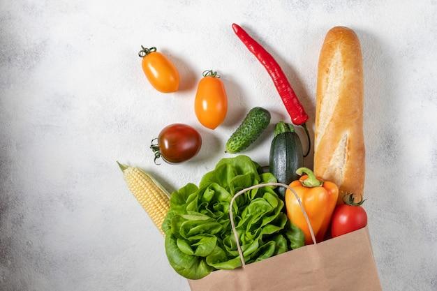 Boodschappentas vol met verse groenten Premium Foto