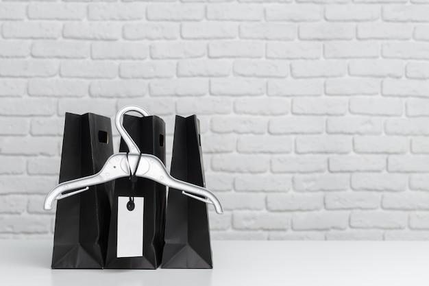 Boodschappentassen op tafel Premium Foto