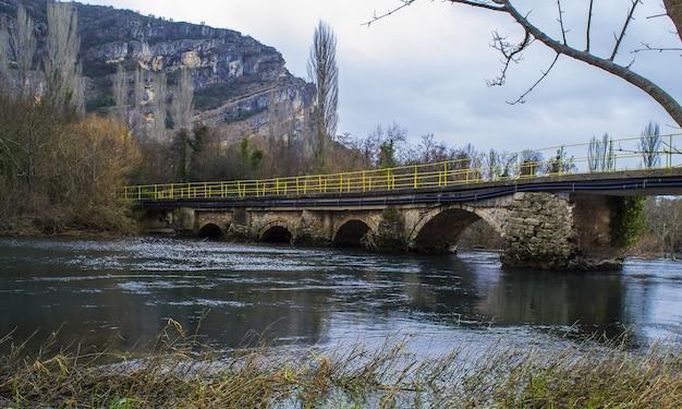 Boogbrug over de rivier omringd door rotsen in het nationaal park krka in kroatië Gratis Foto