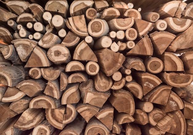 Boom. achtergrond met gestapelde houten logboeken. voorbereiding van brandhout voor de winter. textuur. Premium Foto