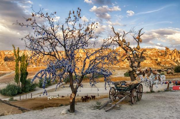 Boom van wensen met kleipotten in cappadocia. nevsehir provincie, cappadocië, turkije Premium Foto
