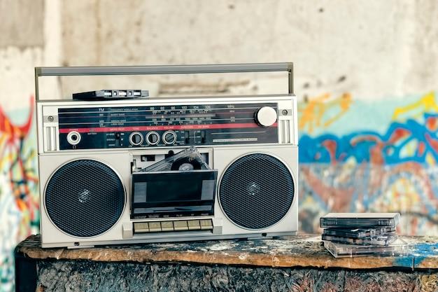 Boombox met veel cassettes op een grunge Premium Foto