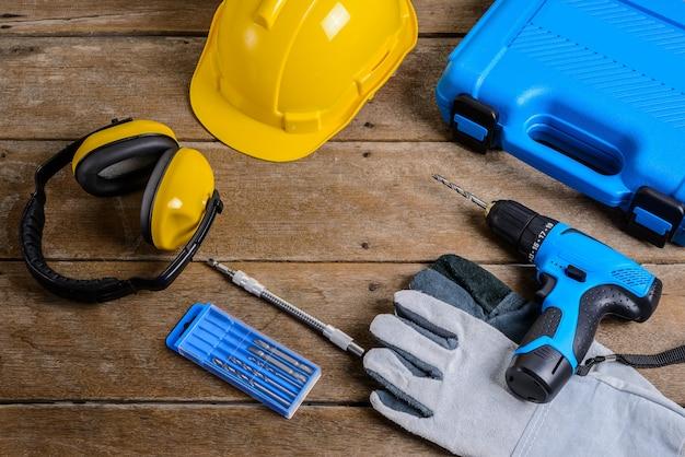 Boor en set van boor, gereedschap, timmerman en veiligheid, beschermingsmiddelen Premium Foto
