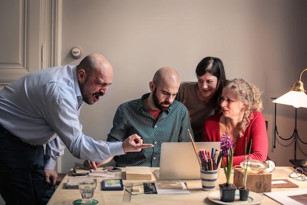 Boos baas schreeuwen naar zijn team Premium Foto