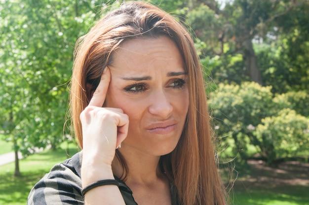 Boos meisje lijdt aan hoofdpijn of slecht zicht Gratis Foto