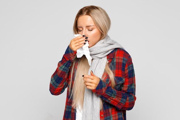 Boos vrouw niezen en neus met weefsel blazen Premium Foto