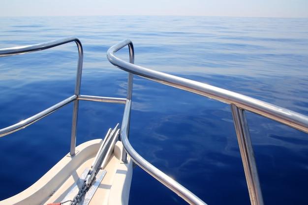 Boot die blauw kalm oceaan overzees boogtraliewerk vaart Premium Foto
