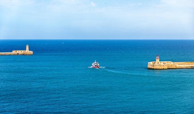Boot die de haven van valletta malta verlaat Premium Foto